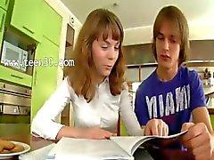 Tieners houden op de keukentafel
