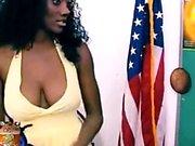 Ebony Femme au foyer Serrant ses gros seins