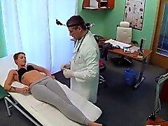 Lyhyen tukka potilas saa erityiskohtelua