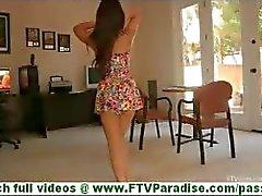 Leila busty latina riisuutuminen vilkkuu tissit ja vilkkuu perse ja poseeraa alasti