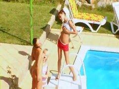 Trois nanas baisent le secret à la piscine