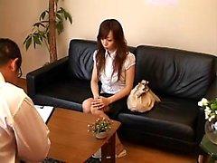 Belle fille japonaise change de vêtements et obtient sensuellement