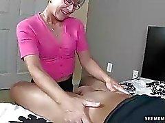 Mère Littéralement salive au jeune bite dure