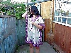 Ryskt flicka pissar står på henne underbyxor )