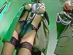 2 Chicas asiáticos SOLDADO CON EL manos atadas Cómo Pignose Besando torturado a manos de dos Muchachos en la cárcel