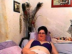 Naughty Farmor Teases hennes håriga fitta