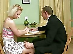 Lustfyllda mannen kyssar flickor bröst