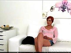 Pequeña camarera del redhead que tittied jode en la fundición