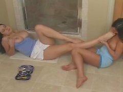 sexiga fots bedja på badrumsgolvet