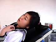Japanische Mädchen wird durch den Arzt und ihre Fotze e ausgecheckt