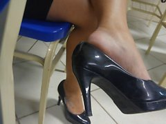 Candid tatoo Füße High Heels shoeplay baumelt in der Schule