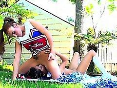 Cheerleaderin istuvat lesbo rakastaja kasvojen