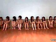Båda lilla japanska tonår flickor i mot öppen