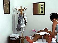 Masseuse sexy de Miyuki Son tâtonne Et Sucks client de