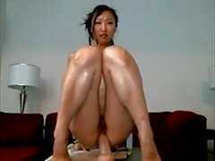 Aasian Teen Rides Dildo hänen Ass & Hairy Cunt on Webcam