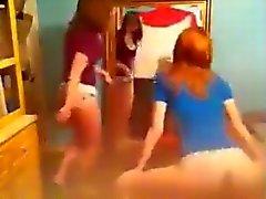 2 valkoista tyttöä yrittää twerk ( no nude )