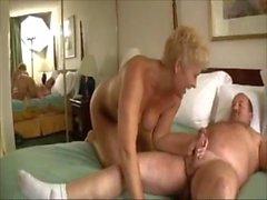 Supporter hommes d'âge mûr avec femme âgée