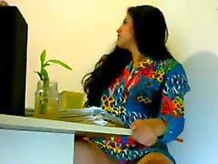 chica sexy cachondo en la oficina se ve india