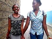 Afrikanen Lésbos elak amatörmässig fitta spela på toalett