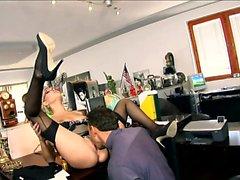 Sekreterare Donna knullad i svarta falsas strumpan
