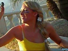 De majorette blondine baisé à la piscine