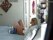 Tochter gefangen in Mamas Schlafzimmer.