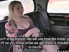 Blondine tatouées potelé baiser par grande Dick dans taxis fausse