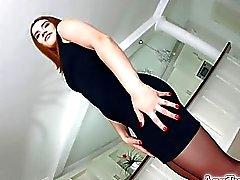 Asstraffic Brünette im schwarzen Kleid ruft analysierenden