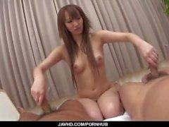 Anna Mizukawa skickas fastspikad genom två starka tuppar