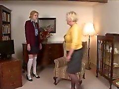 Domme Granny onu Diz üzerinde Girl spanks