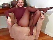 Бритые киски ноги выглядят выдающимися в модные колготками