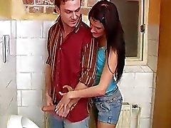 Emo Teenager braunhaarig Handjob Debbies schlug in der öffentlichen Toilette