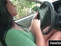 Peituda morena Bella Reese pisca seus peitos grandes no carro