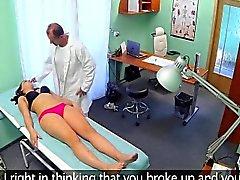 Brunette Jeune creampied par un médecin dans un hôpital
