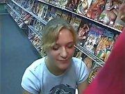 Возбужденный блондинка цыпленка сосет огромный петух на порнографии магазине получит кончить в ее рот