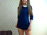 Giovane fidanzata in trecce toglie il il vestito blu a sh