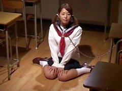 Asian college flicka i uniform har hennes ansikte streaked i schlong saft ett bukkake fest
