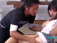 Garota asiática peituda Squirting Enquanto Fingered By 2 Guys Sucking seus galos no colchão
