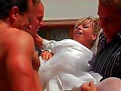 De jeune mariée obtient gangbang , le bukkake et les Une surprise vous attend