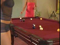 Загрязненные гей девушки играют в со киске