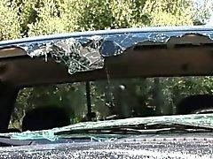 Возбужденный брюнет разрушен автомобиля и разорванный в гостиной