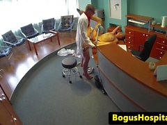 Sürtük dövmelerle bebek ile gizlenmiş hastanesi kamerası