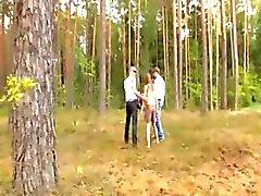 Amatör franska trekant i skogen