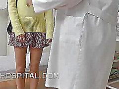 Les femmes Smutty DOCTEUR AVEC LE d'un caméra cachée