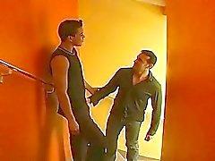 Prova disso é o sexo anal duro masculino certo nas escadas acolhedor hotel privado