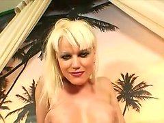 Slutty rubia milf con grandes tetas revela cuánto ama el sexo anal