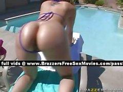 Précieux blonde l'extérieur près d'une piscine