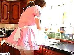 Şirin çapraz çekici sluts Maids olarak giyinip blowjob partisi veriyor