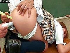 Asian fodido de brinquedos na sala de aula