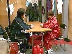 Nach dem Basketball-Spiel, beginnt der Trainer ein Spiel greifen